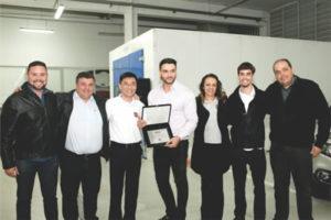 Equipe Destaque Fiat Itaim mostra o prêmio recebido