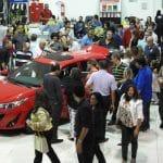 Convidados e carro exposto em coquetel de lançamento do Yaris