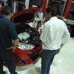Convidados analisando motor do Yaris durante coquetel de lançamento